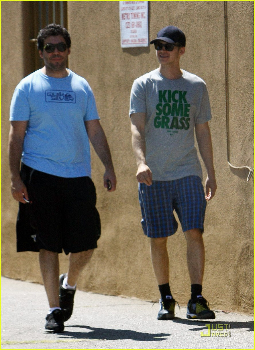 hayden christensen kicks some grass at the spa 052559387