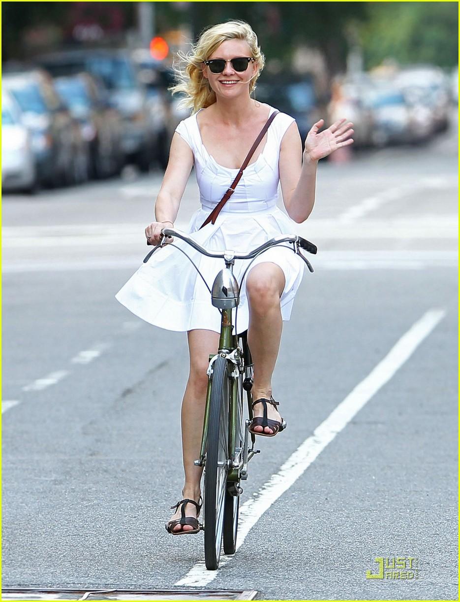 kirsten dunst bike ride 02