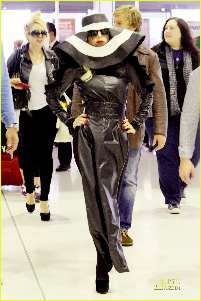 lady gaga airport costume changes 07