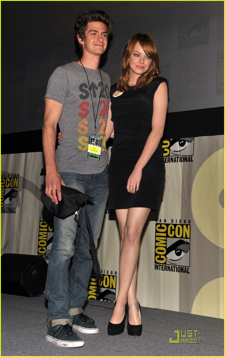 andrew garfield spidey suit at comic con with emma stone 01
