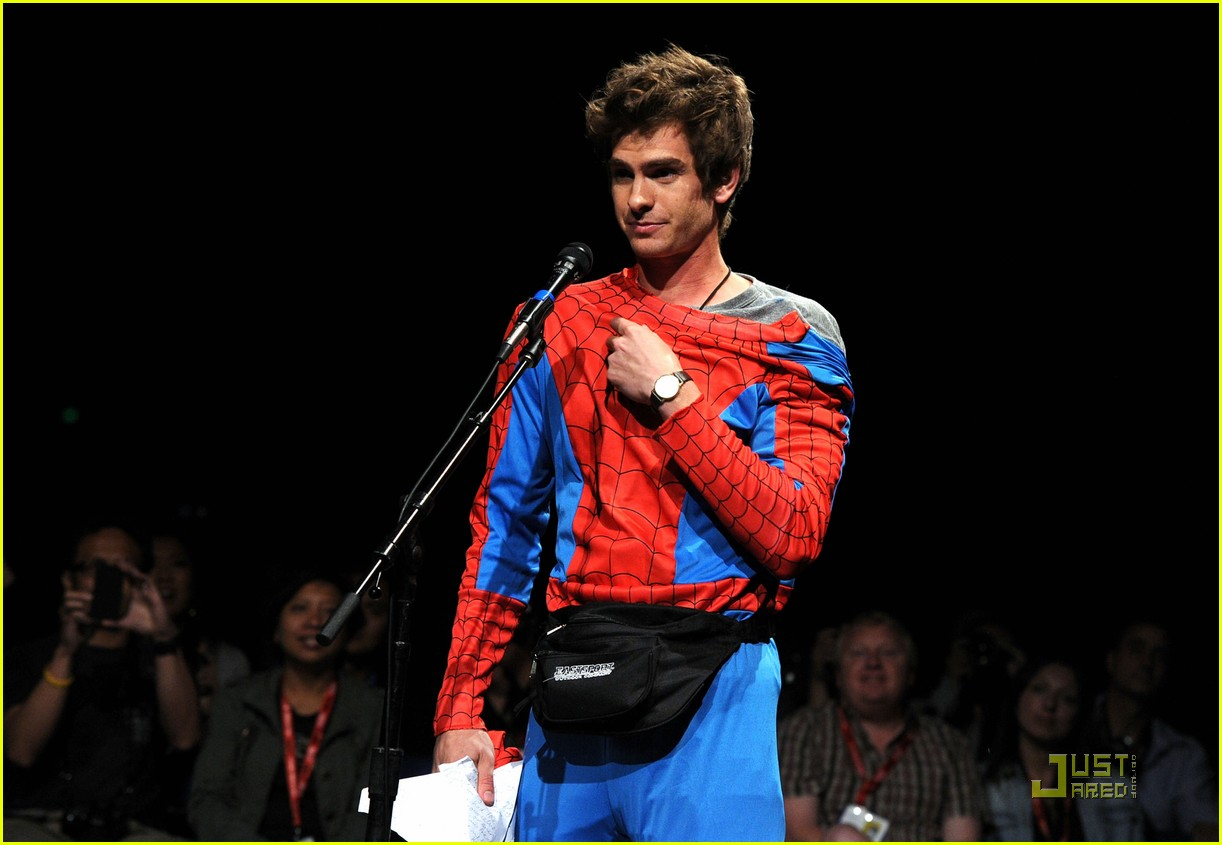 andrew garfield spidey suit at comic con with emma stone 02