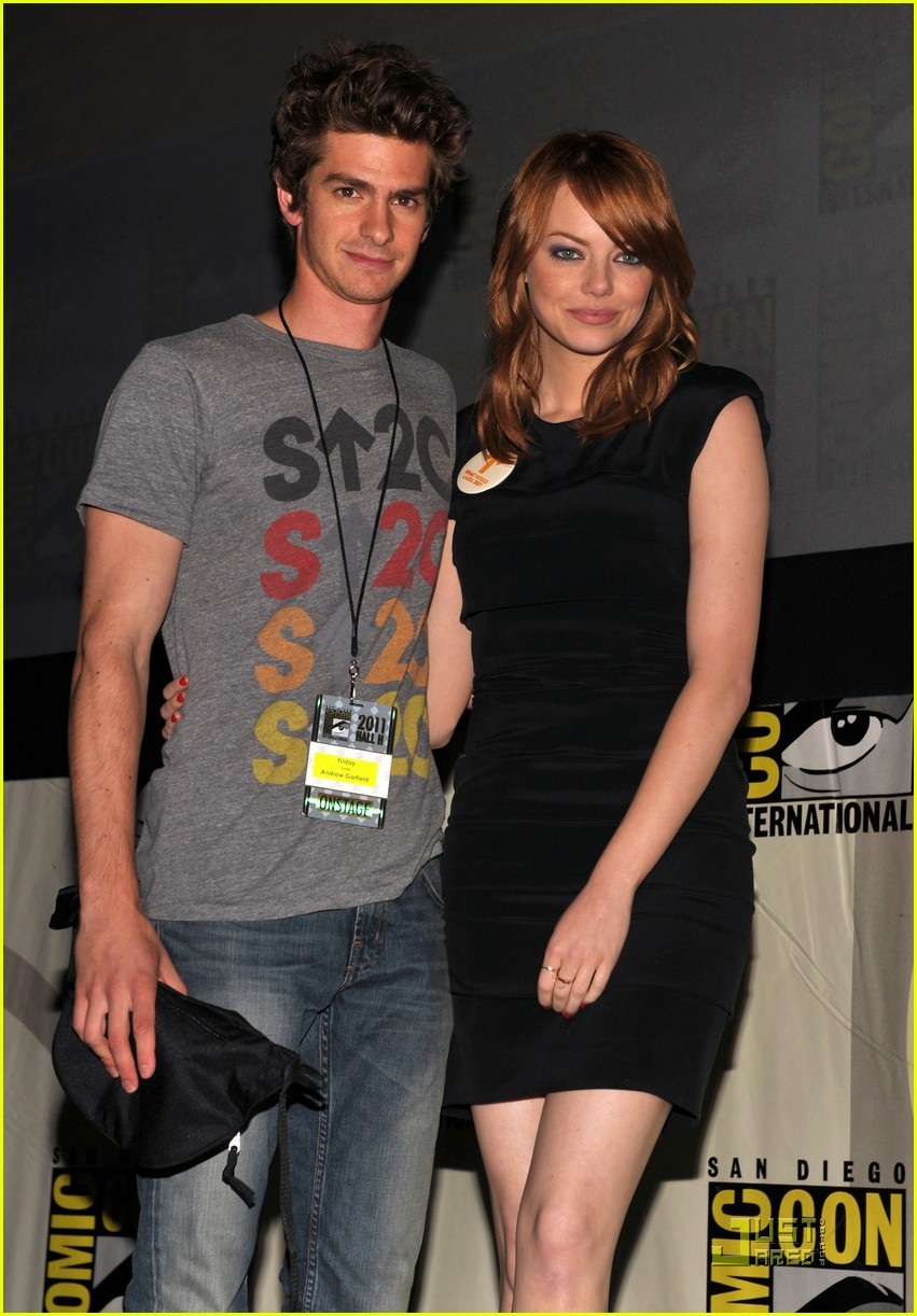 andrew garfield spidey suit at comic con with emma stone 04