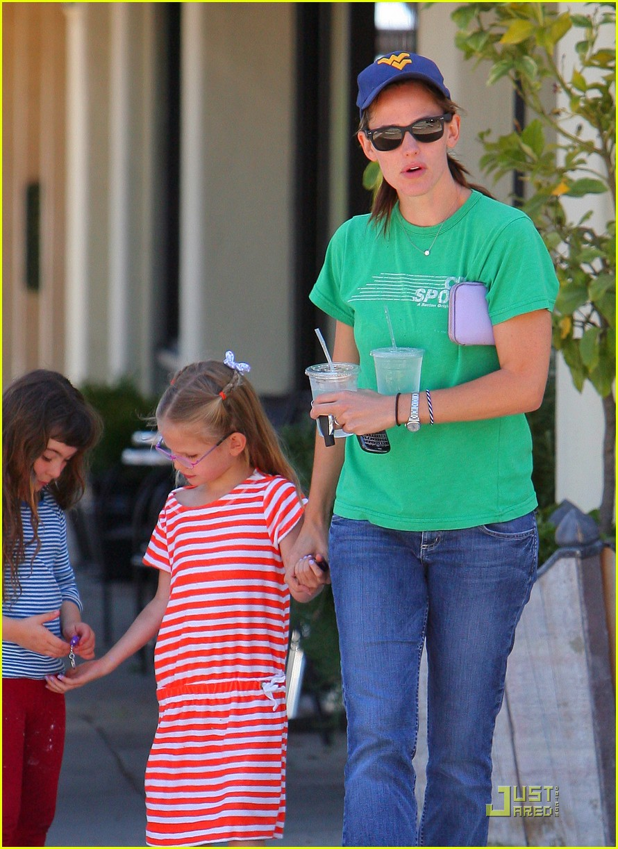 jennifer garner playdate with violet 102556804