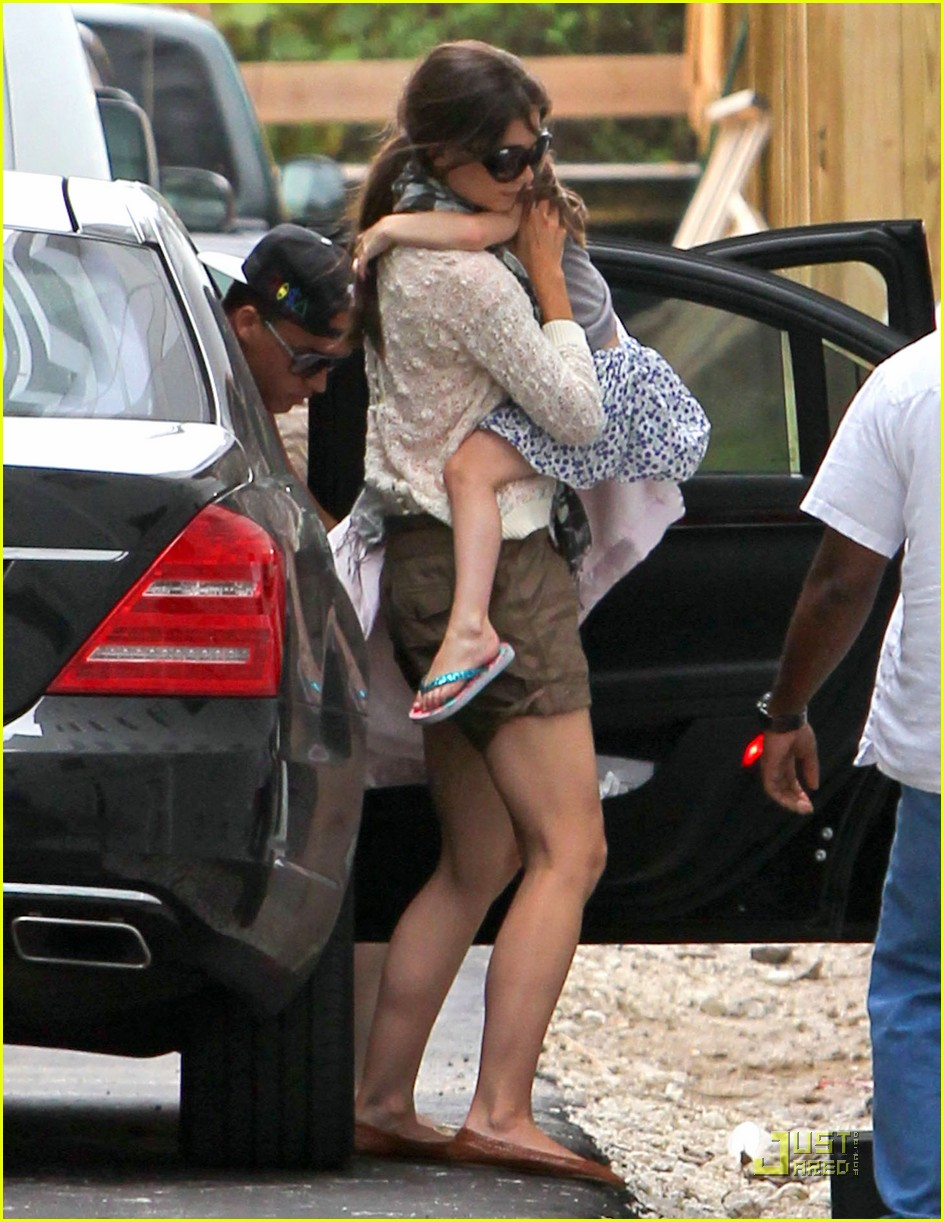 katie holmes tom cruise miami hotel arrival with the kids 07
