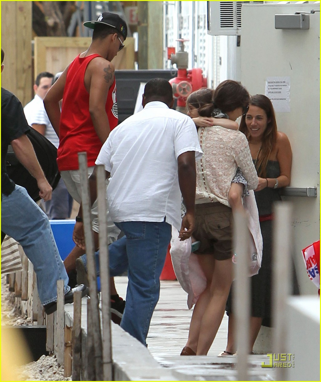 katie holmes tom cruise miami hotel arrival with the kids 102557348