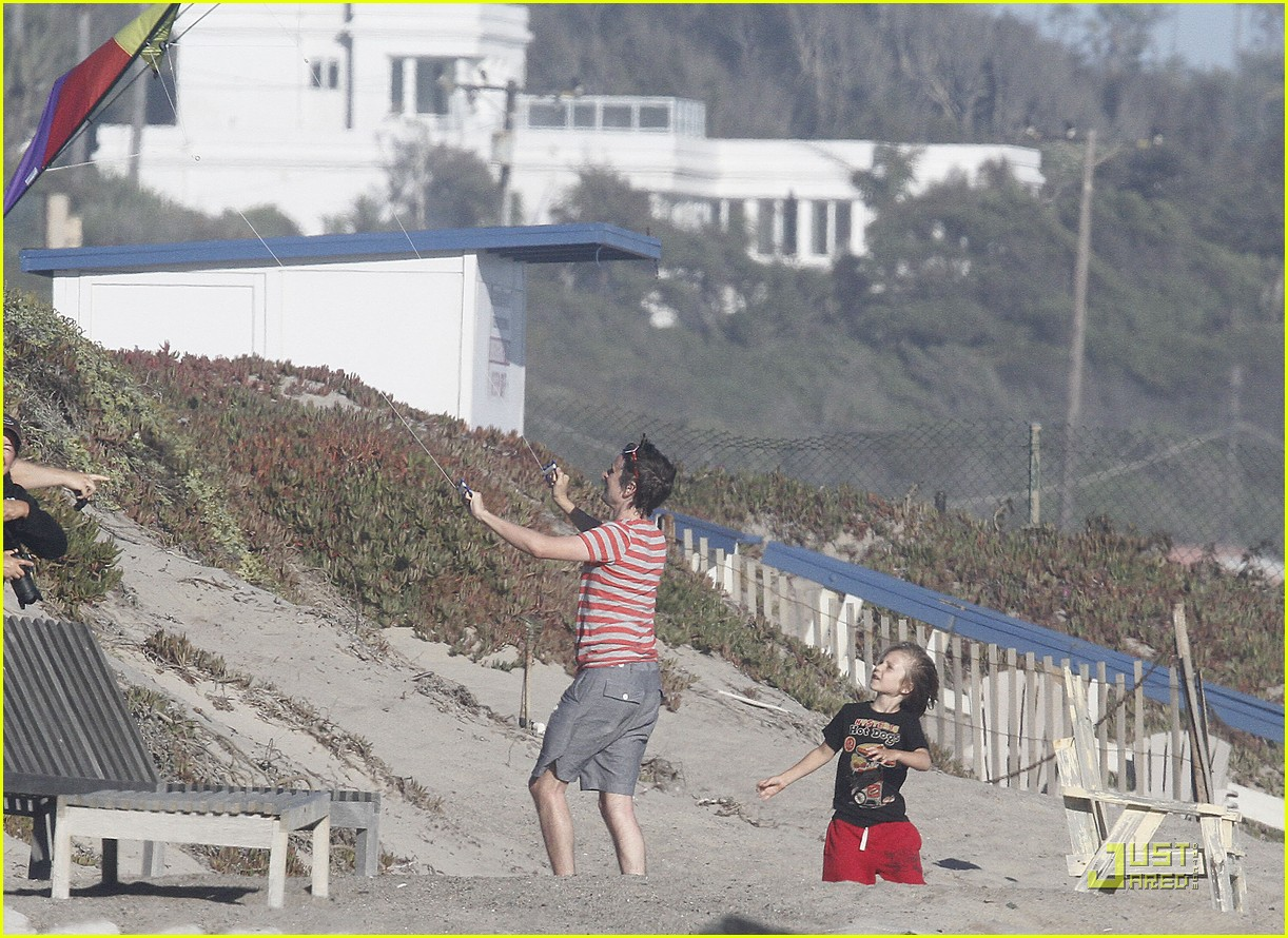kate hudson matt bellamy beach 03