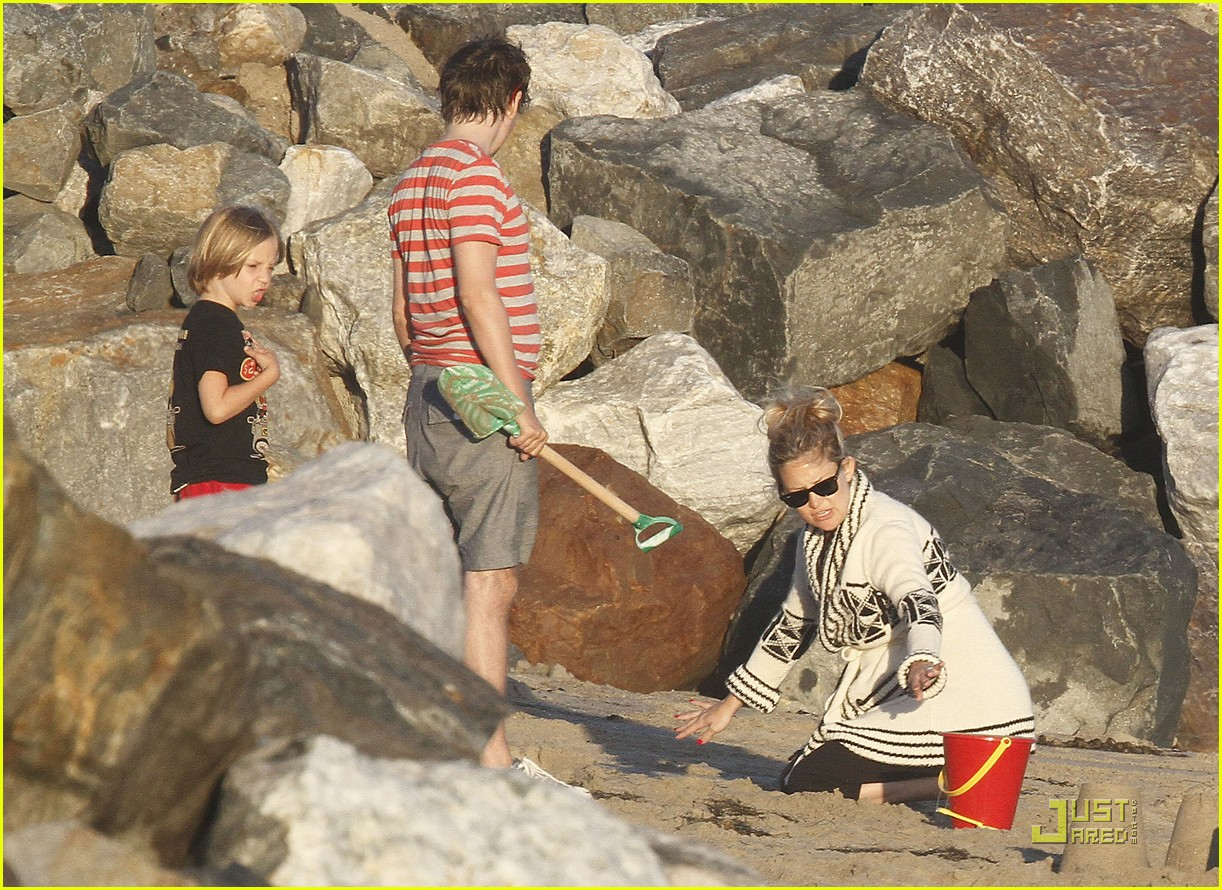 kate hudson matt bellamy beach 16