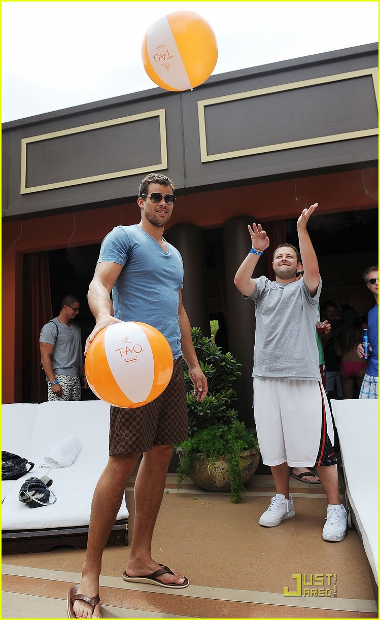kris humphries tao 02