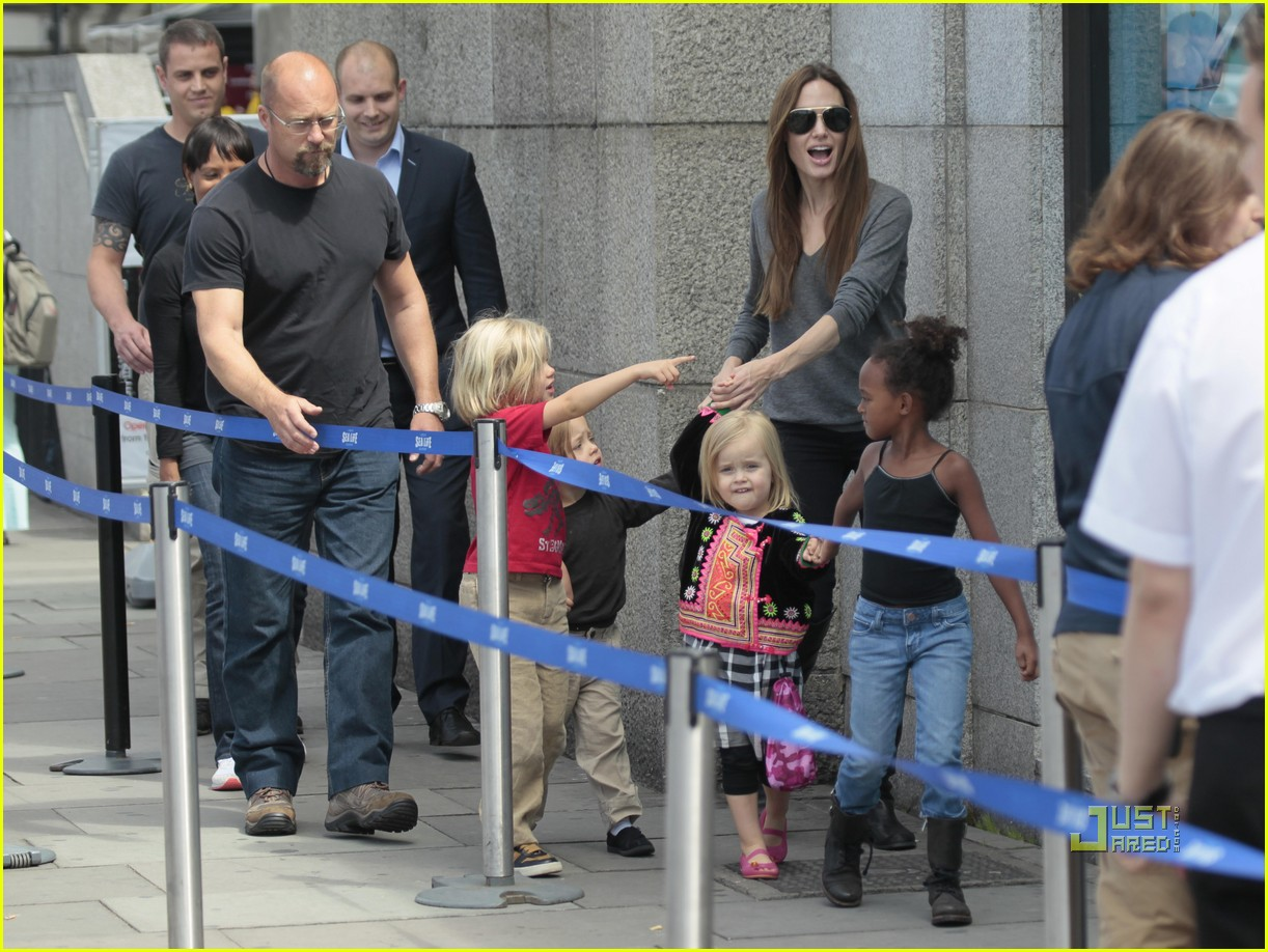 angelina jolie knox vivienne zahara shiloh london aquarium 012563596