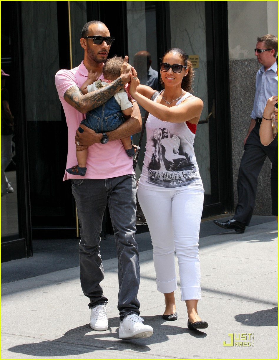 alicia keys swizz beatz nyc stroll with egypt 01