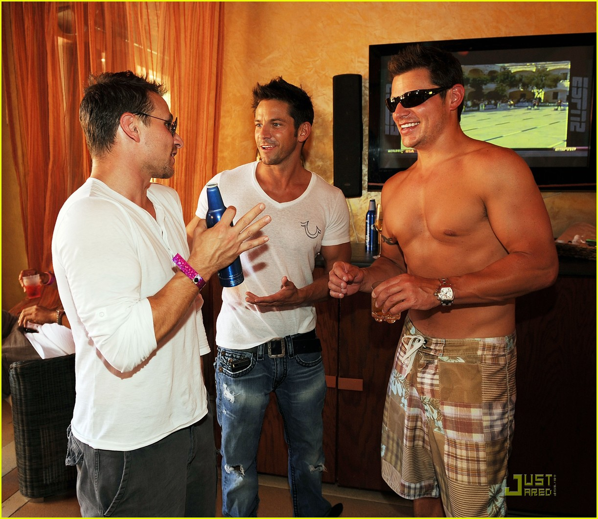 nick lachey shirtless bachelor party with 98 degrees guys 012557410