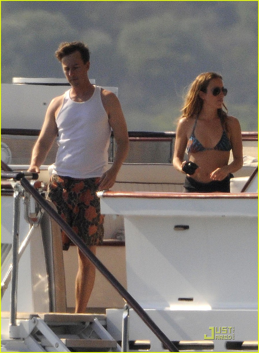 edward norton shirtless beach bod with shauna robertson 08