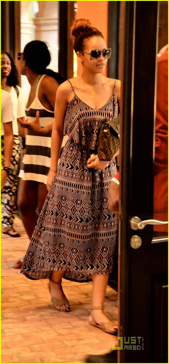 rihanna shops with family in barbados 012565339