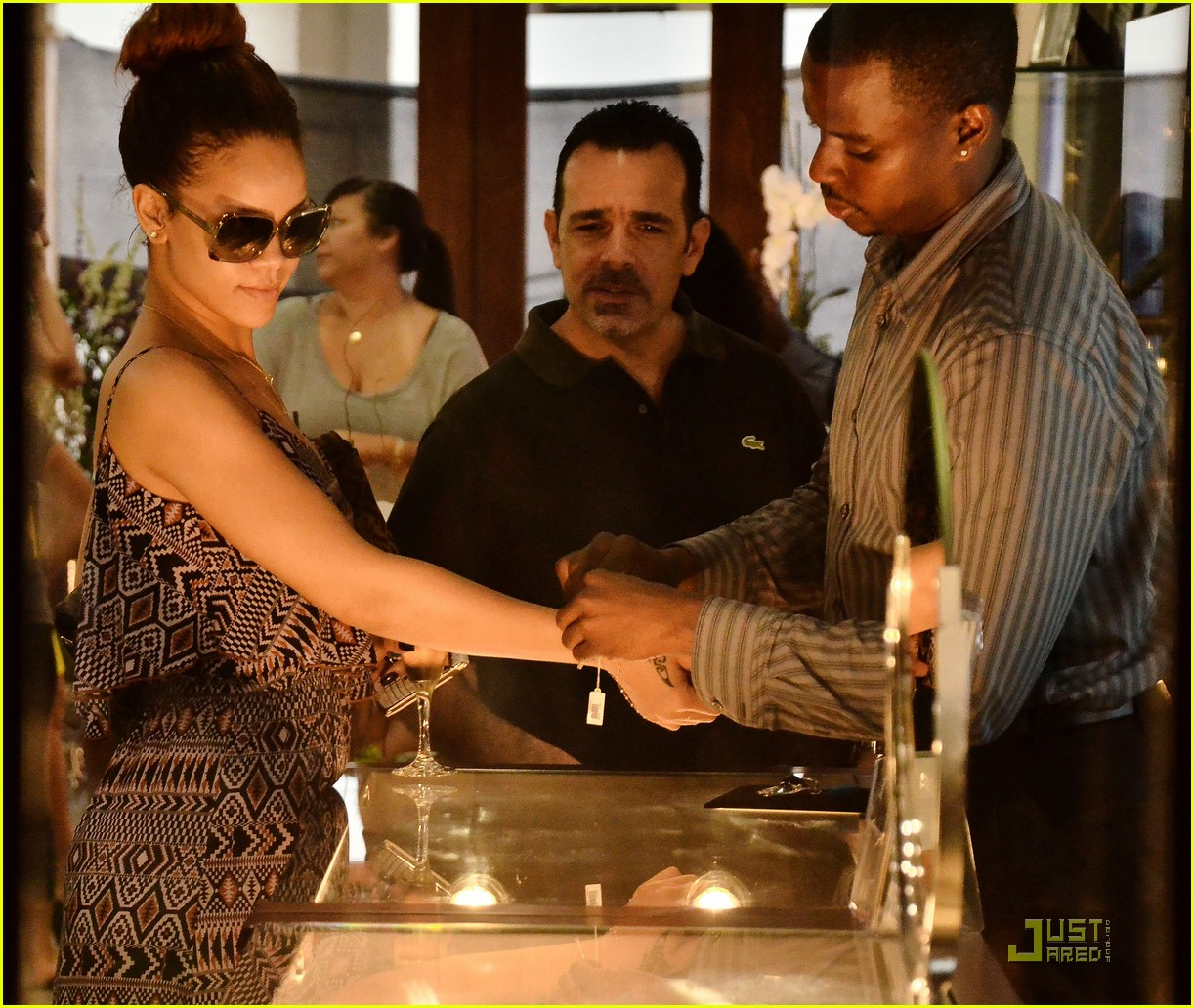 rihanna shops with family in barbados 032565341