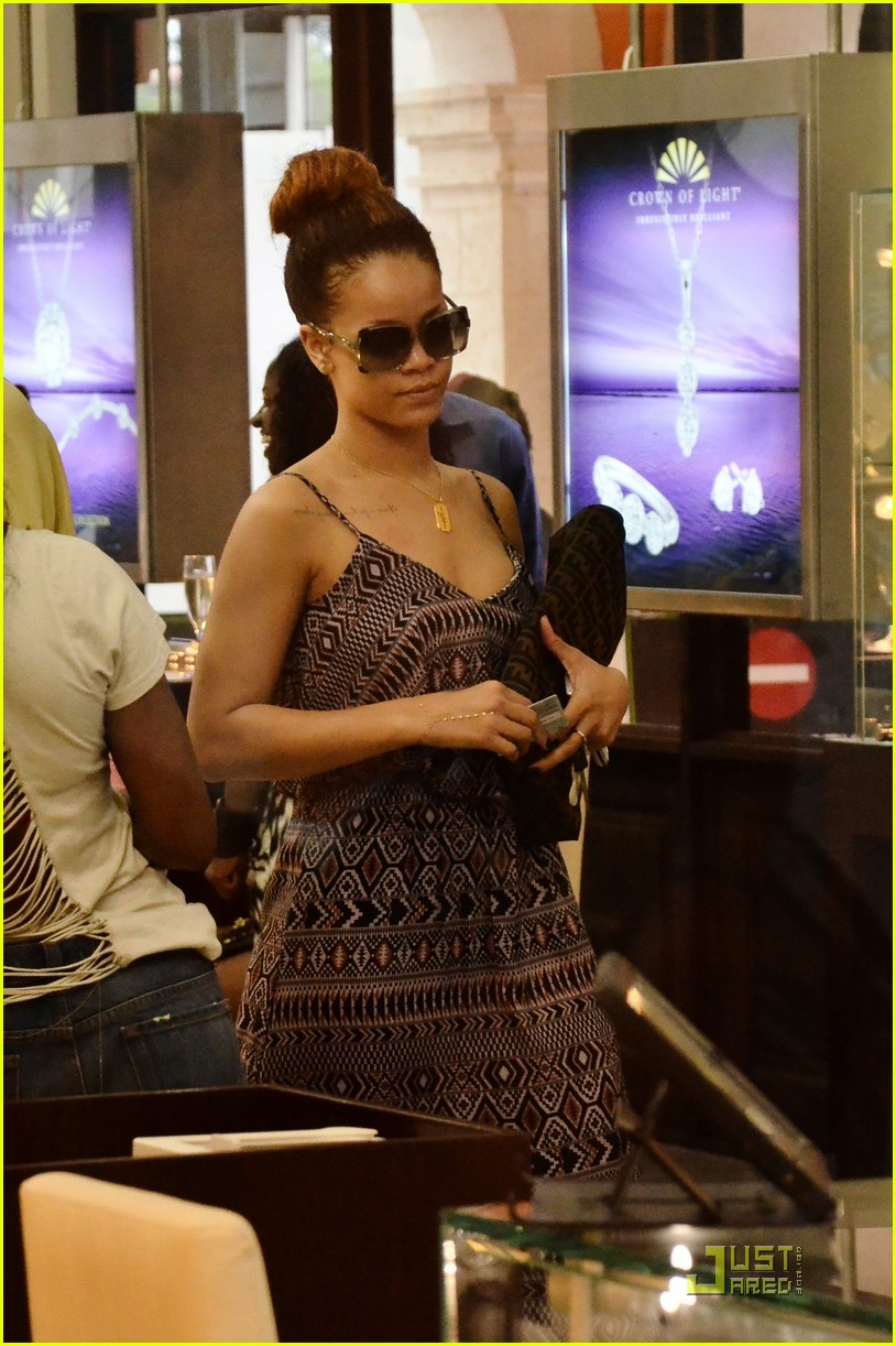 rihanna shops with family in barbados 042565342