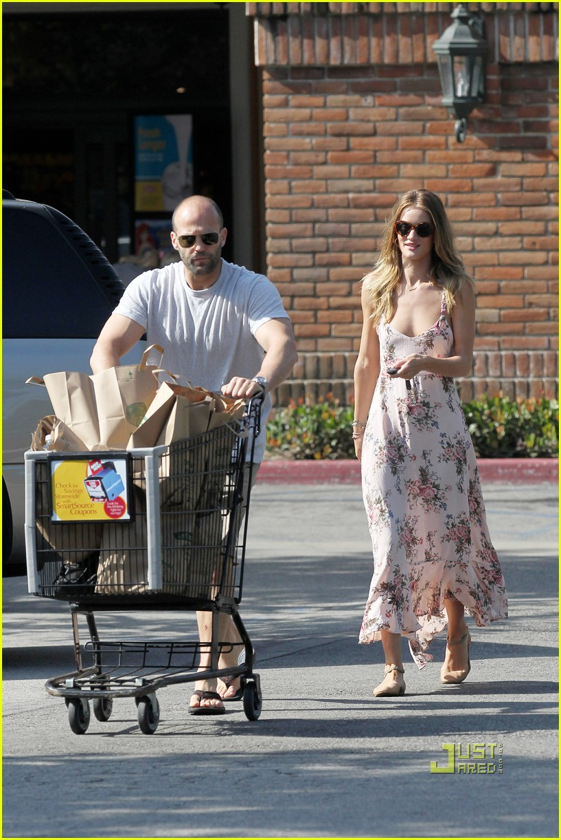 rosie huntington whiteley jason statham bbq party store 03