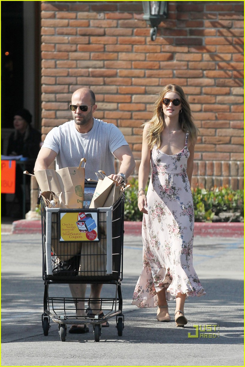 rosie huntington whiteley jason statham bbq party store 05