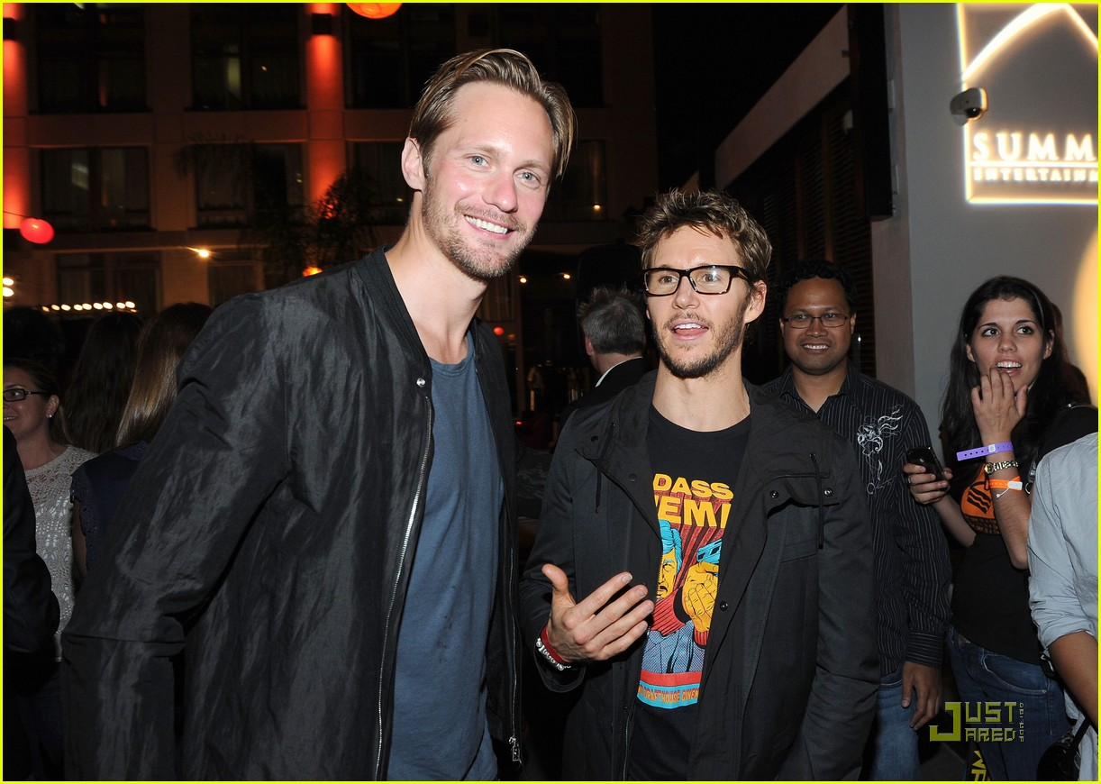 alexander skarsgard summit comic con party with ryan kwanten 06