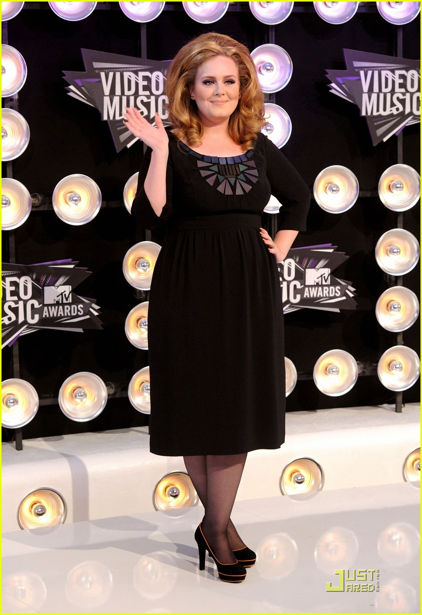 adele mtv vmas 2011 red carpet 032574365