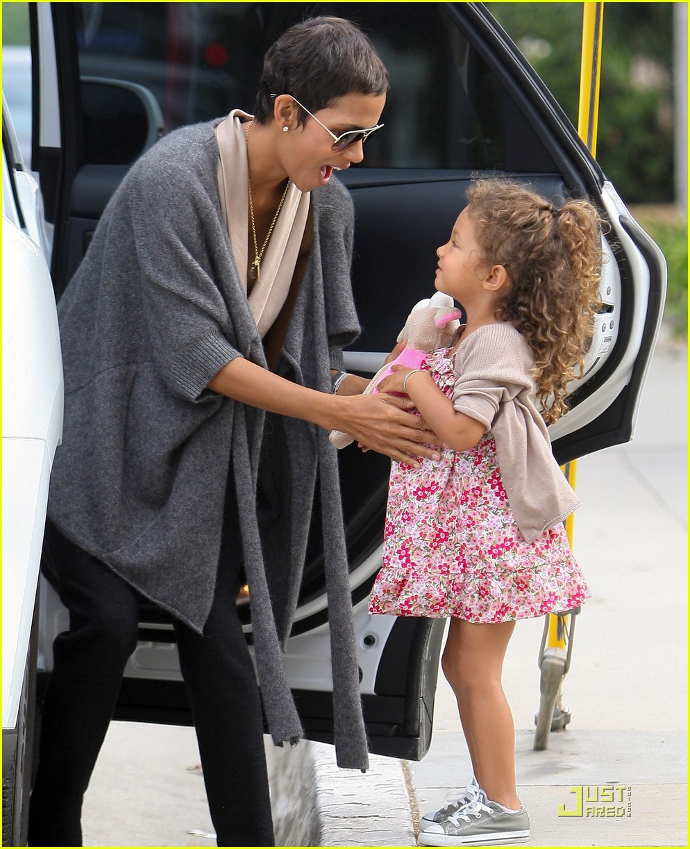 Halle Berry Nahla Pretty In Pink Photo 2567141 Celebrity