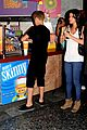 selena gomez justin bieber holding hands at the mall 02