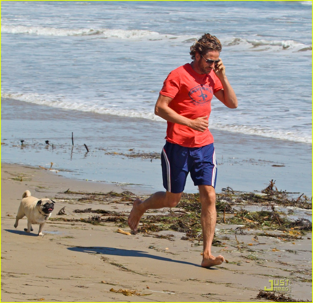 gerard butler strolls the beach with lolita 01
