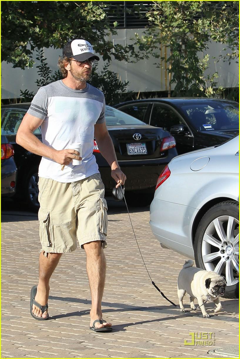 gerard butler walks pup 012574135
