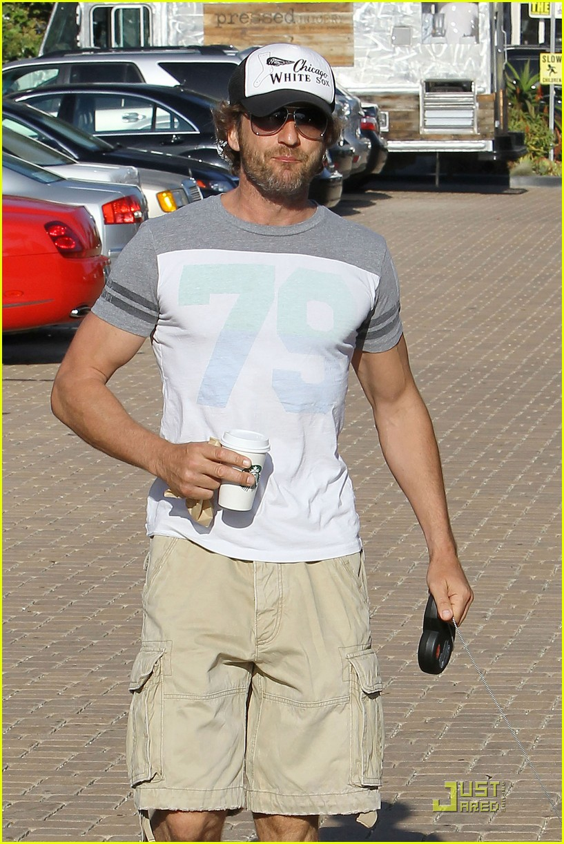 gerard butler walks pup 05