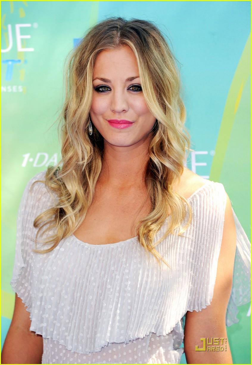 Kaley Cuoco Teen Choice Awards 2011 Red Carpet Photo