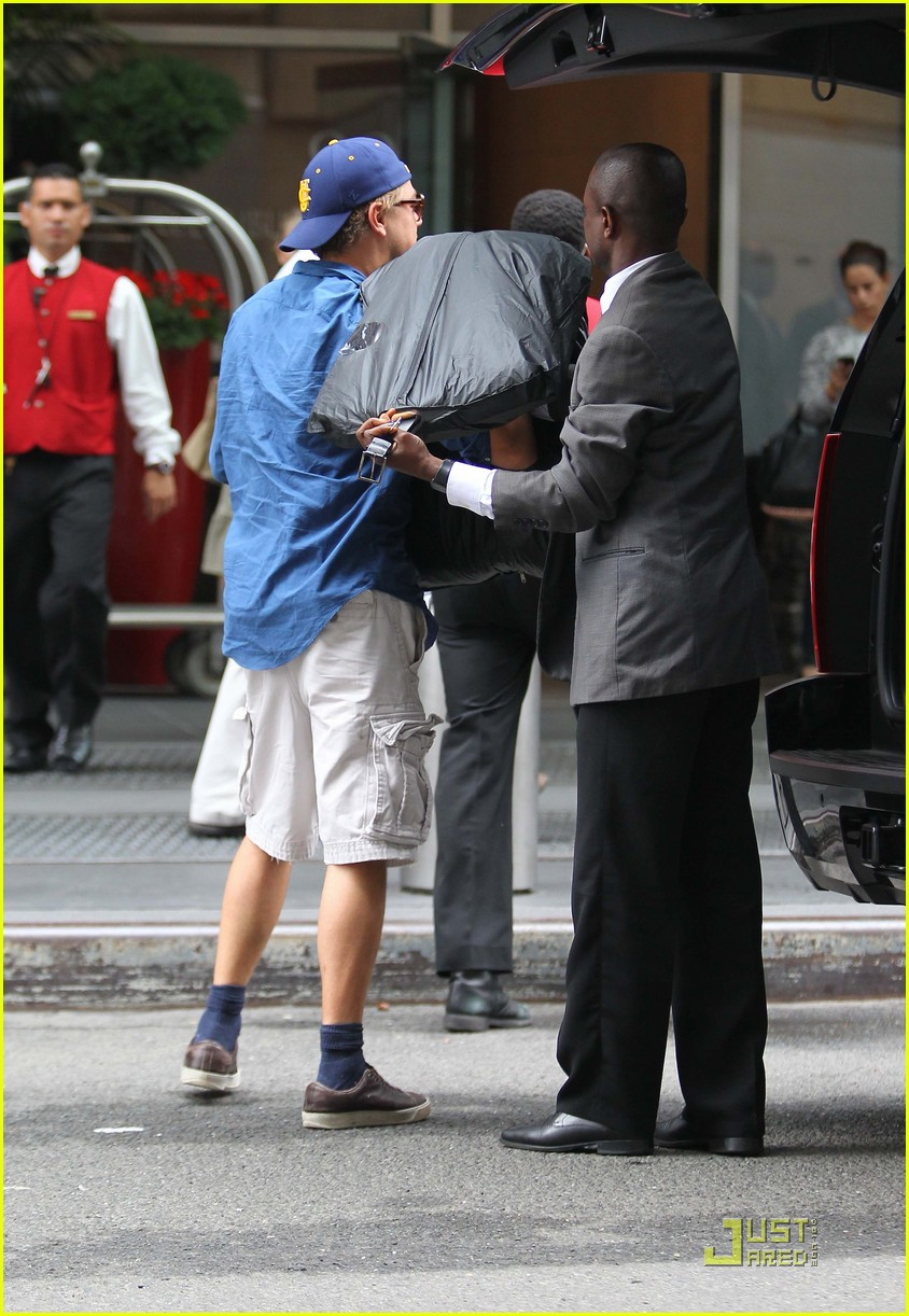 leonardo dicaprio grabs luggage 032565569