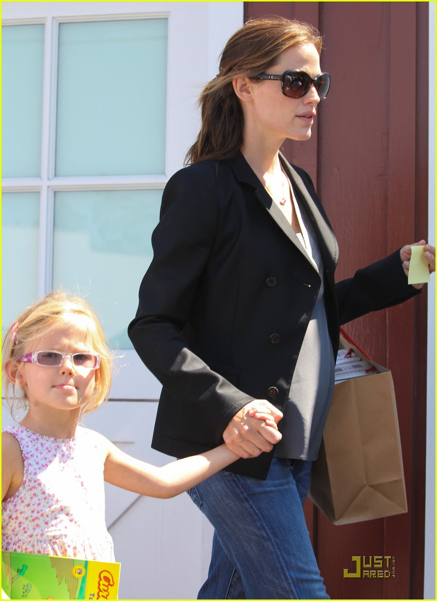 jennifer garner steps out after pregnancy announcement 02