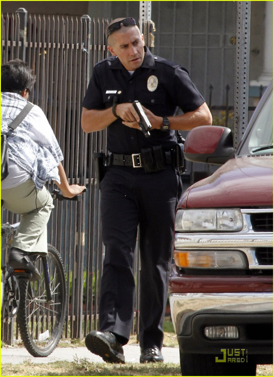 jake gyllenhaal guns out for end of watch 032566176