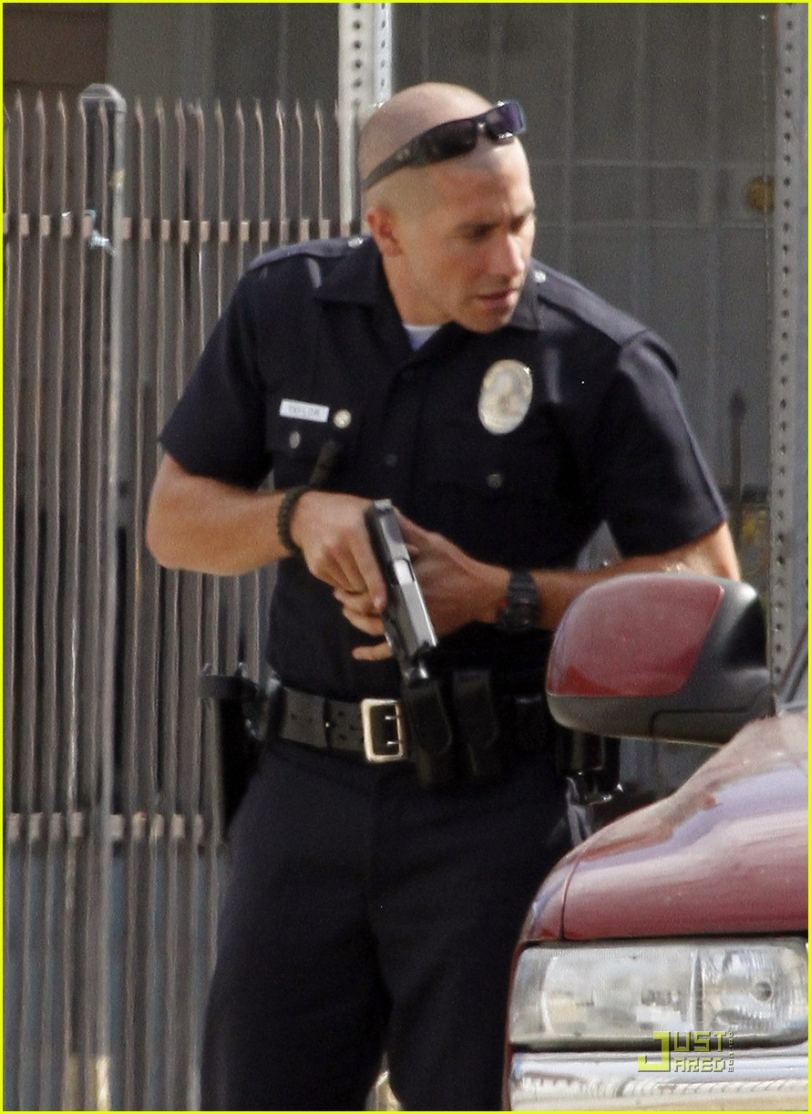 jake gyllenhaal guns out for end of watch 052566178