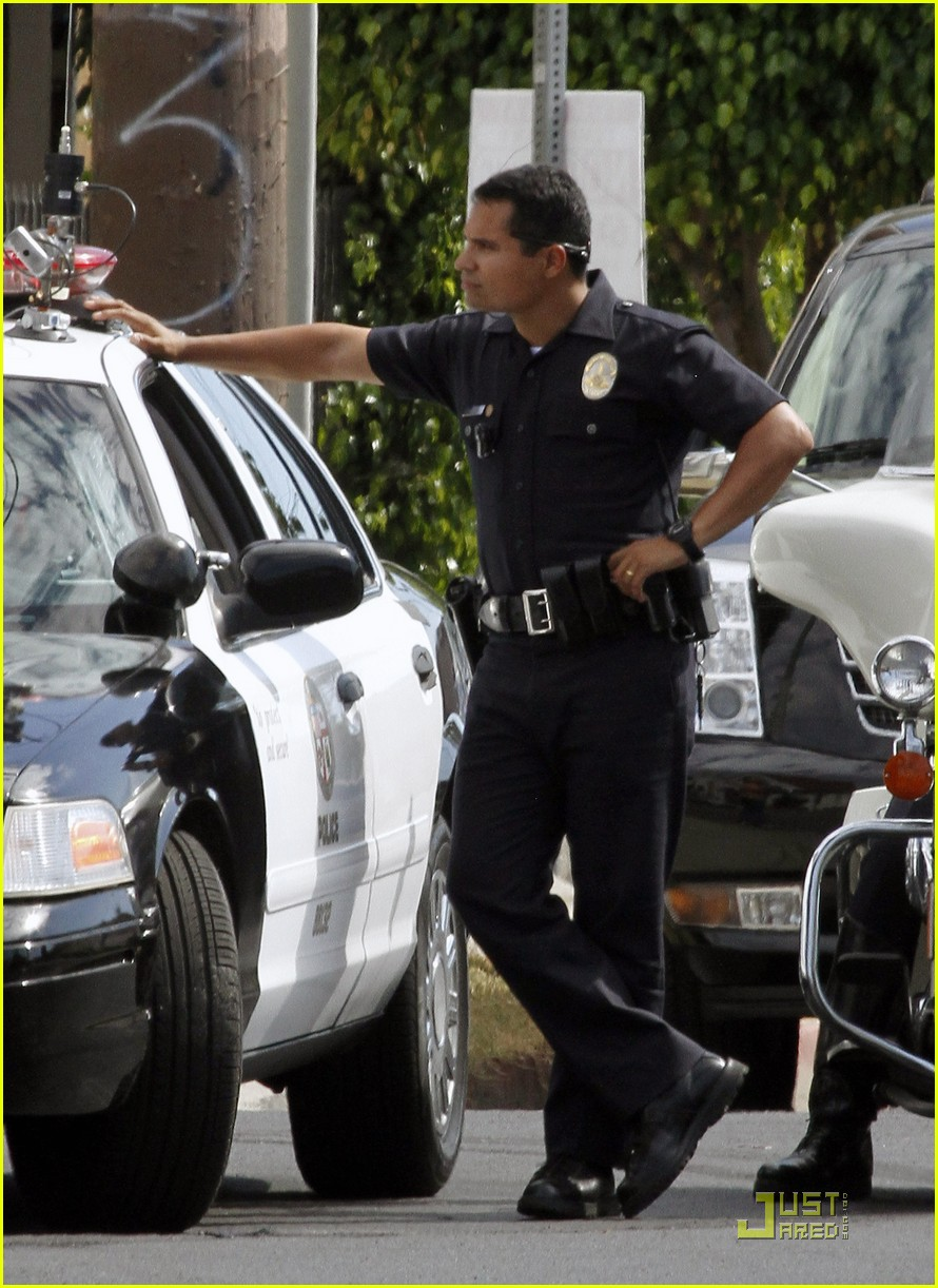 jake gyllenhaal guns out for end of watch 082566181