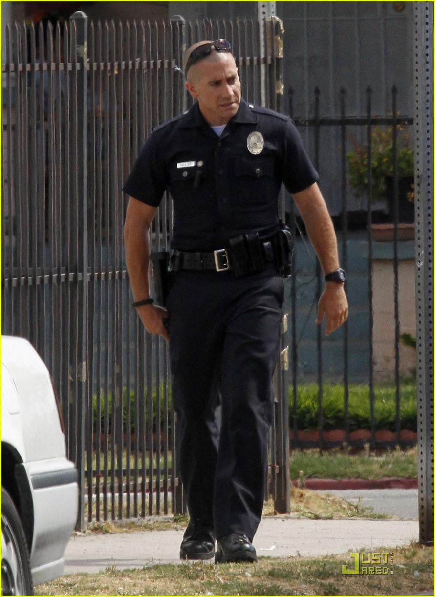 jake gyllenhaal guns out for end of watch 092566182