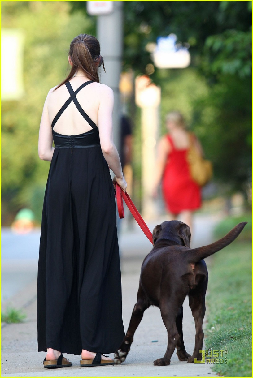 anne hathaway catwoman walks her dog 04