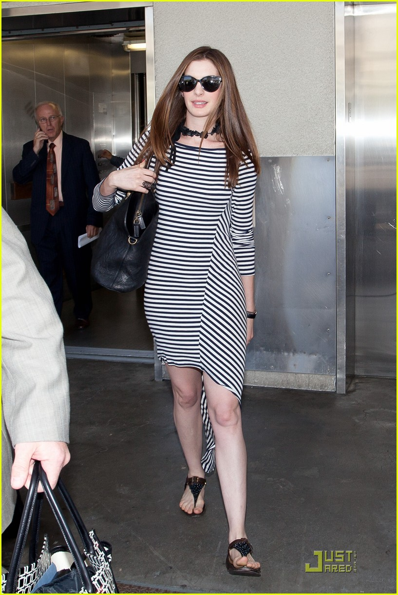 anne hathaway lax arrival 04