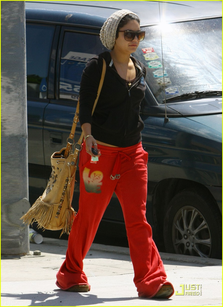 vanessa hudgens jinkys cafe with stella 032565510