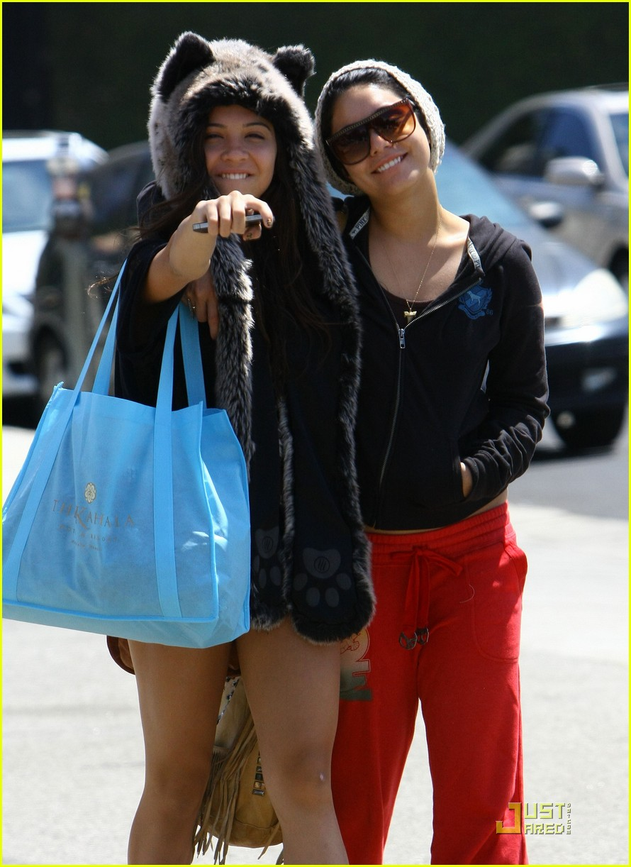 vanessa hudgens jinkys cafe with stella 052565512