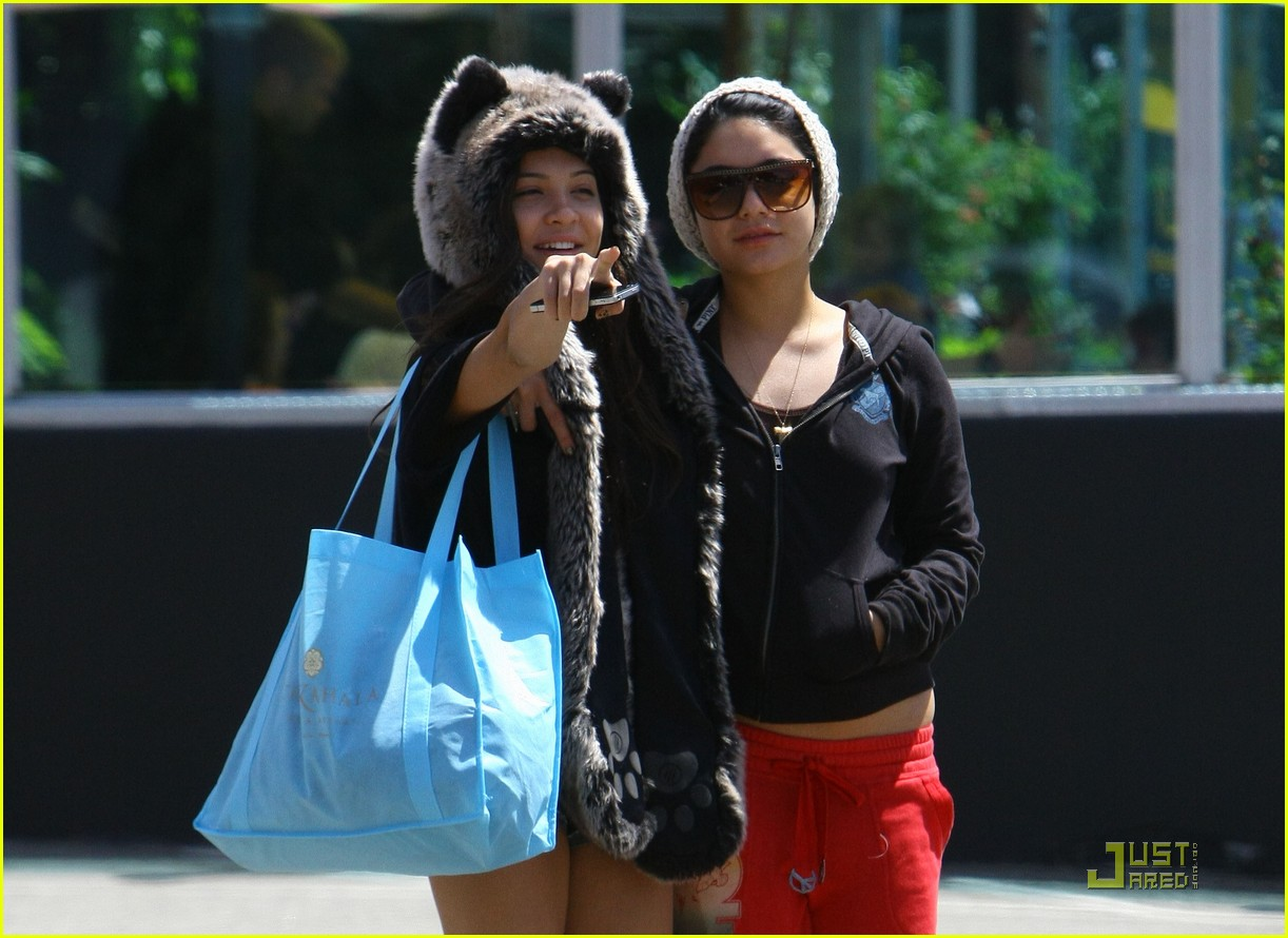 vanessa hudgens jinkys cafe with stella 132565520