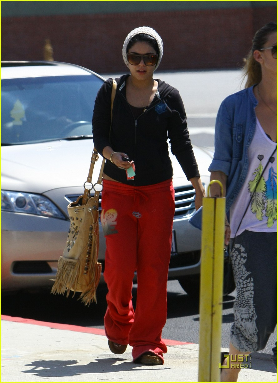 vanessa hudgens jinkys cafe with stella 19