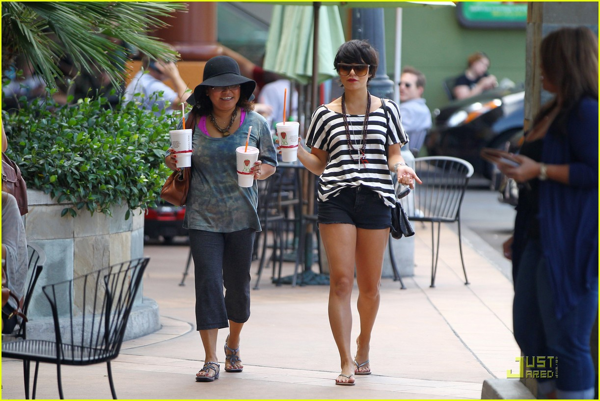 vanessa hudgens salon stop with mom 03