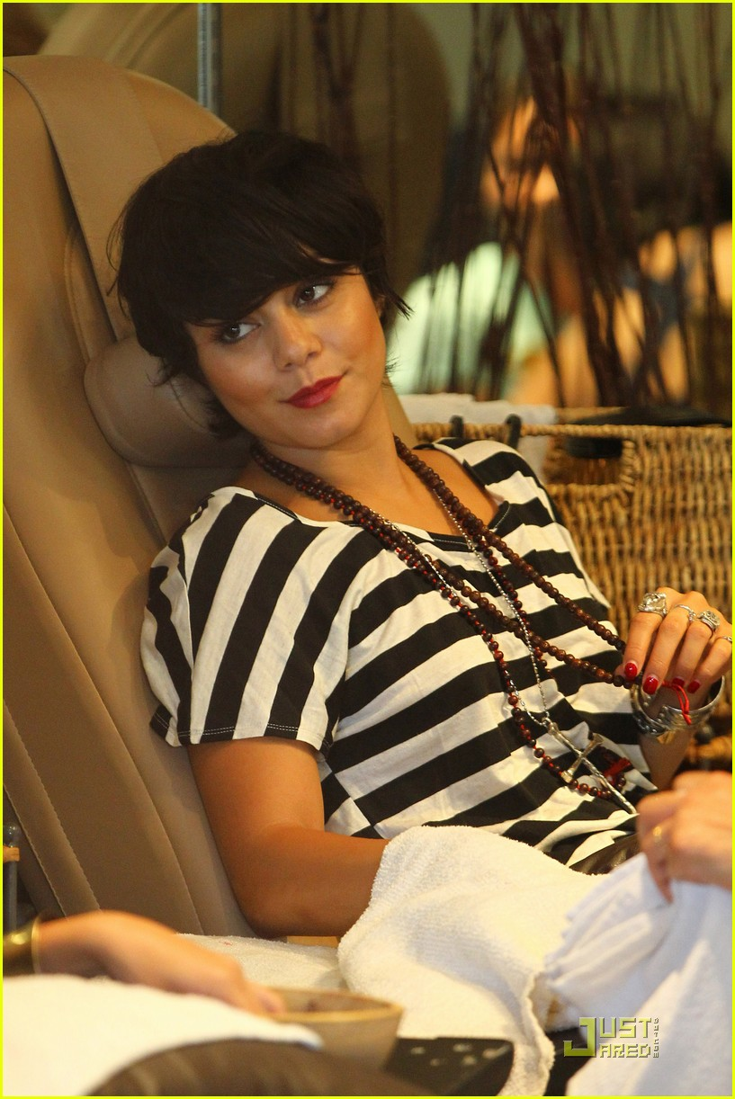 vanessa hudgens salon stop with mom 082573663