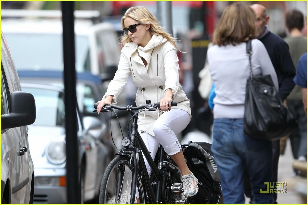 kate hudson biking london 042571286