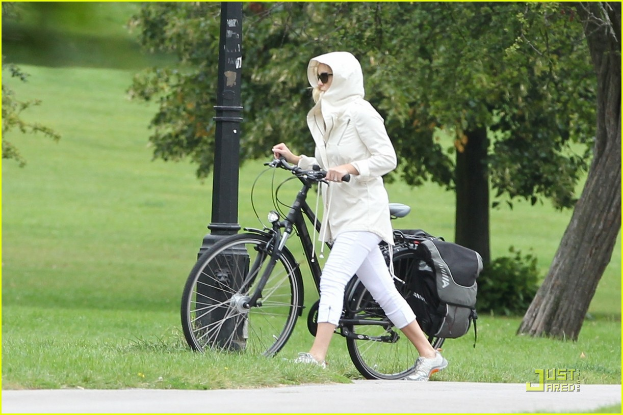 kate hudson biking london 052571287