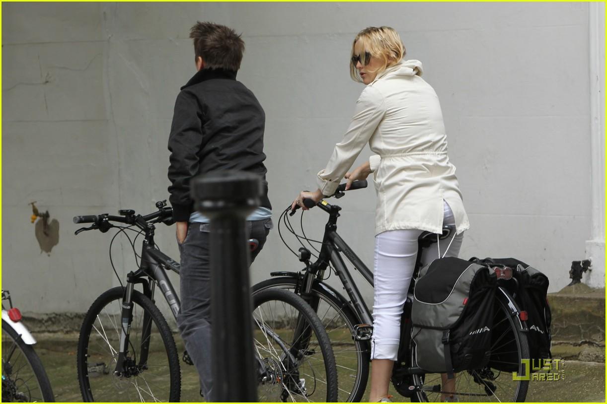 kate hudson biking london 082571290