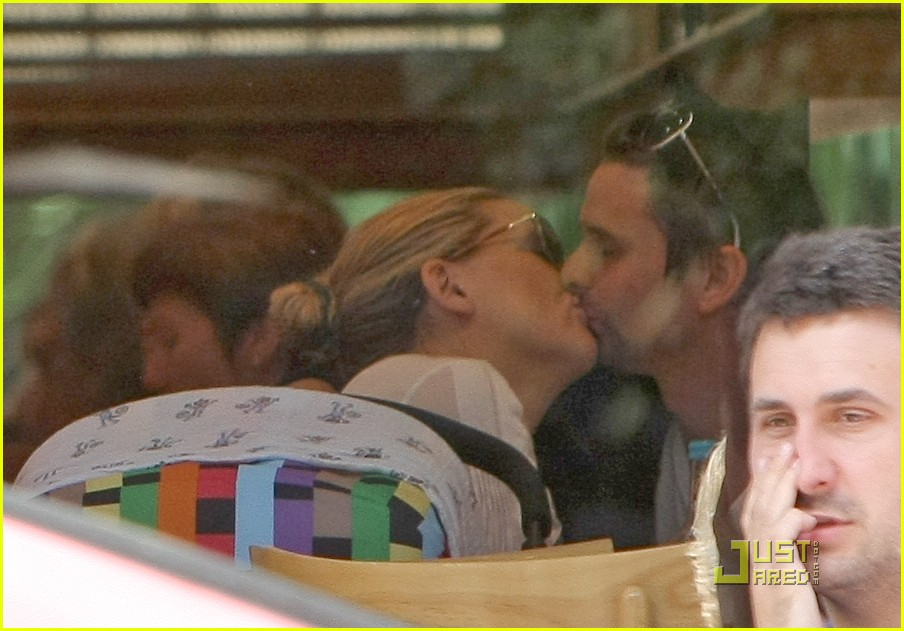 kate hudson matt bellamy cafe kiss 01