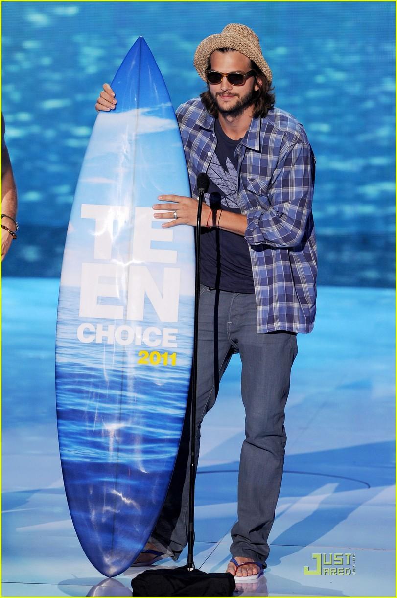 ashton kutcher sings teenage dream at teen choice awards 2011 012567927