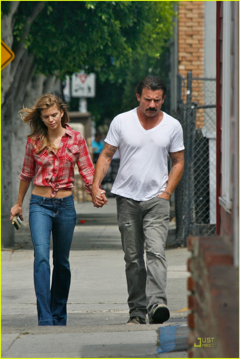 annalynne mccord dominic purcell holding hands in venice 03