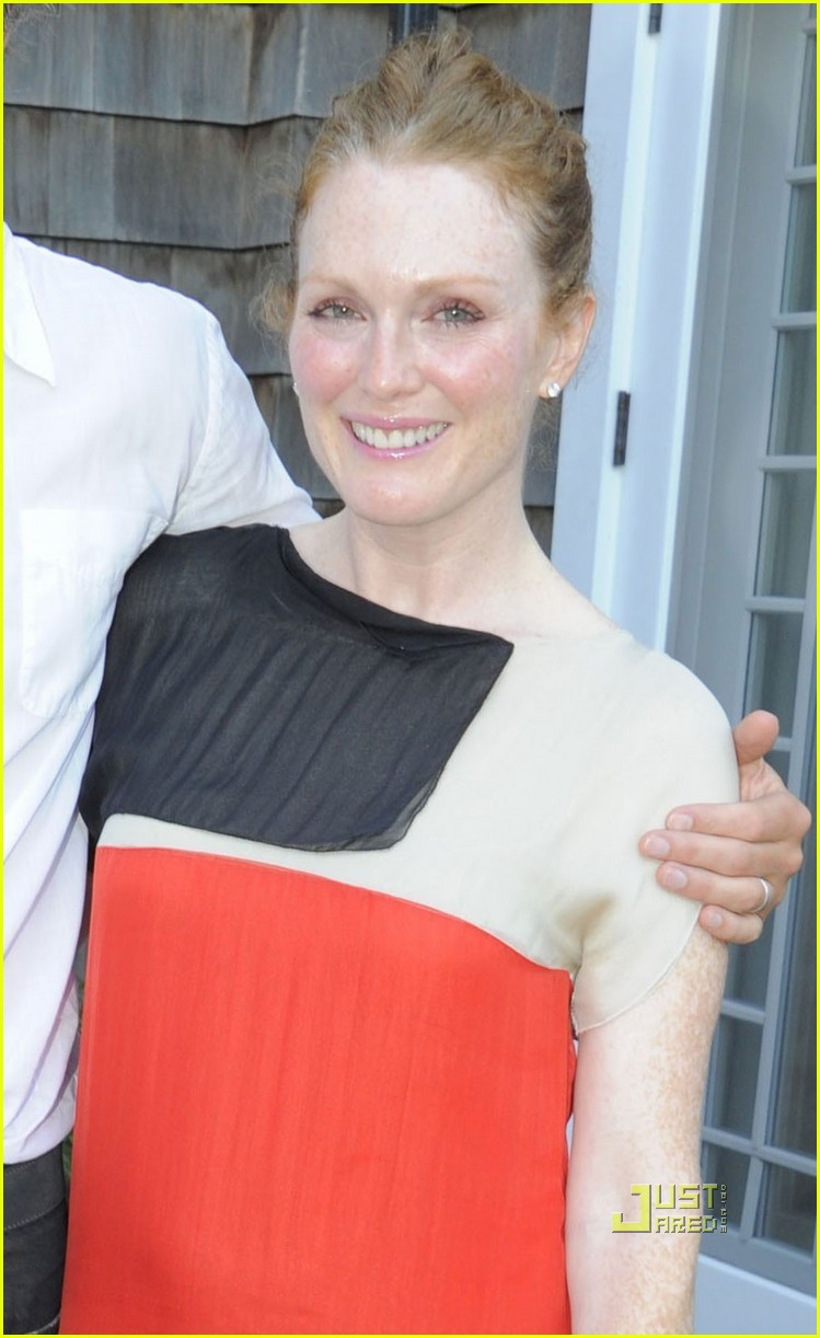 julianne moore whats on the table 012572330